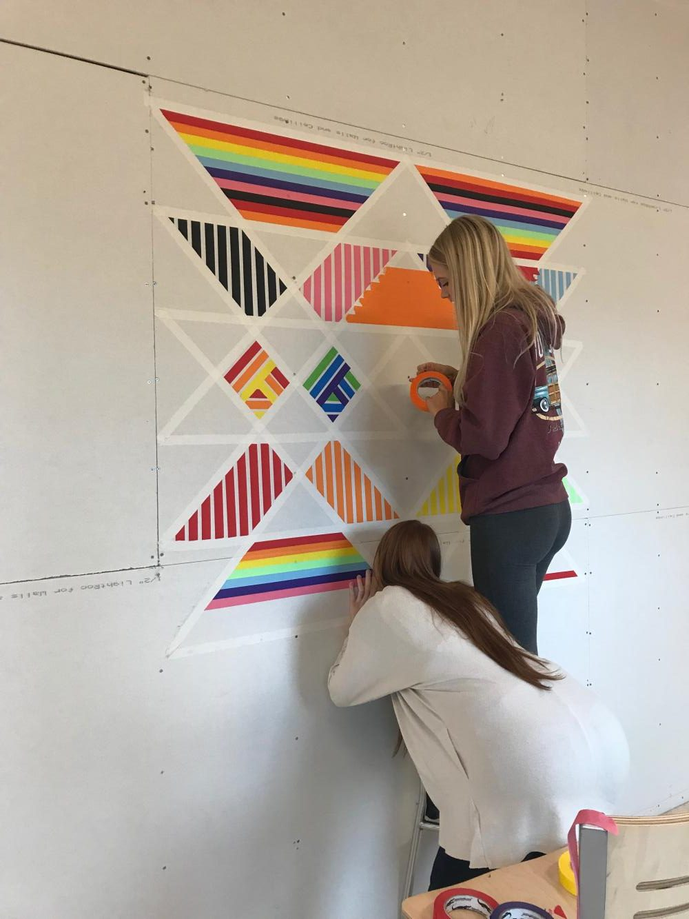 Senior Ashley Mizer works on her piece.
