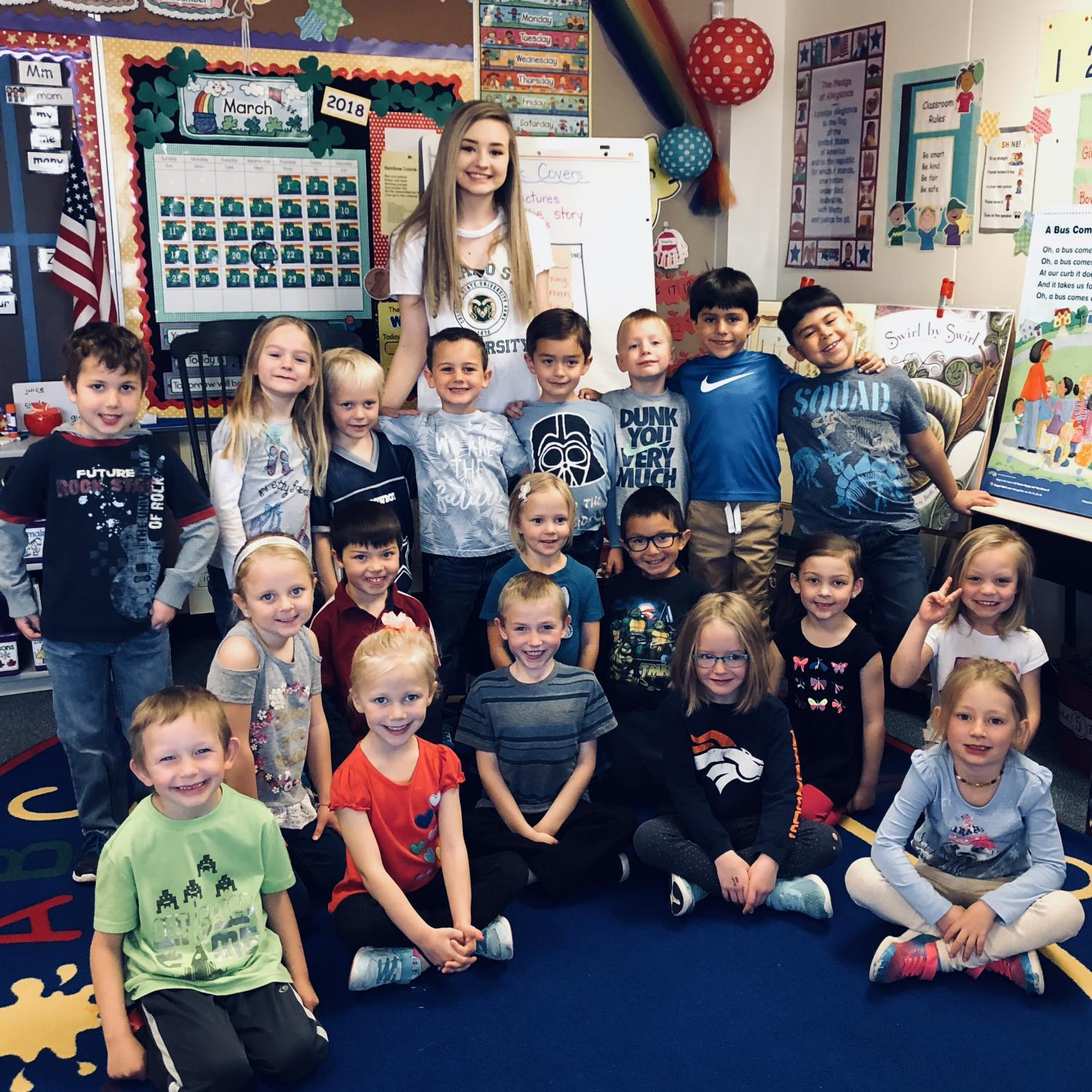 Paige Reorda poses with Jenny Cloke's kindergarten class