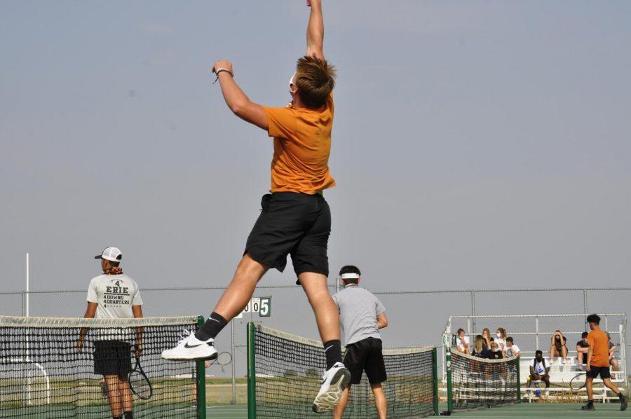Student Evan Morris ('22) playing tennis.